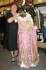 Elke Schneider mit einem Kostüm für das aktuelle Stück. Foto: Nele Höfler Foto: mek
