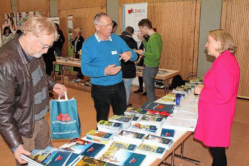 Beim Tourismustag wurde über Marketingstrategien für den Landkreis Lörrach diskutiert, hier Heide Glasstetter (Schwarzwald Tourismus) mit Rainar Eidmann (Mitte).    Foto: Sarah Trinler Foto: Die Oberbadische
