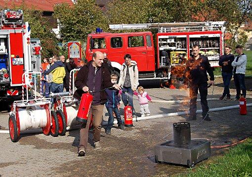 Der richtige Umgang mit dem Feuerlöscher will gelernt sein. Beim Herbstfest wurde unter Anleitung tüchtig geprobt.   Foto: Peter Ade Foto: Die Oberbadische