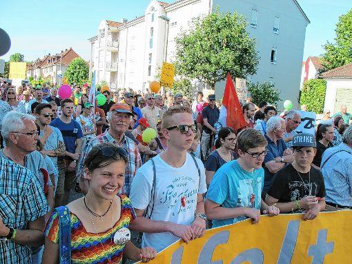 Rund 300 Menschen kamen vor das evangelische Pfarramt in der Müßmattstraße, um friedlich mit Bannern, Plakaten, Trillerpfeifen, Rufen und Klatschen sich für Respekt, Freiheit und Toleranz einzusetzen.  Foto: Heidi Rombach Foto: Die Oberbadische