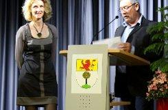 Strahlende Wahlsiegerin: Daniela Meier (Mitte) zusammen mit ihrem Ehemann Klaus und Landrätin Marion Dammann  Foto: kol Foto: Weiler Zeitung