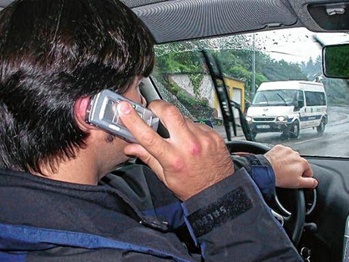 Acht Fahrzeugführer benutzten verbotenerweise ihr Mobiltelefon. (Symbolbild) Foto: Archiv