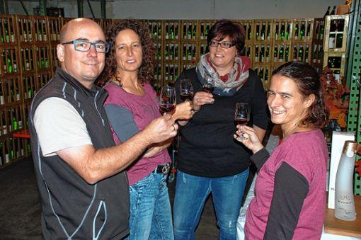Thomas und Stephanie Wagner (v.l.) bei der Weinprobe mit Ramona Afken und Anika Burger   Foto:     Peter Ade Foto: Die Oberbadische