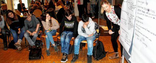 """Bei der zweiten Konferenz des """"8er-Rats"""", also der achten Schulklassen in der Stadt, wurde viel diskutiert, Gruppenarbeit betrieben und einige Ideen kreiert. Foto: Gerd Lustig"""