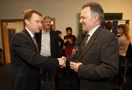 Fair: Ulrich Lusche (l.) gratuliert Josha Frey zum Direktmandat.              Foto: Kristoff Meller Foto: Die Oberbadische
