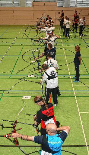 Zum ersten Mal konnte in der Zeller Stadthalle ein Wettbewerb im Bogenschießen ausgetragen werden.   Foto: Ralph Lacher Foto: Markgräfler Tagblatt