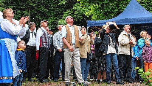 Die Festgäste beobachteten mit Spannung das Besteigen der Tanne. Foto: Die Oberbadische