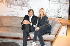 Der Mailäner Designer Maurizio Riva mit Gastgeberin Jacqueline Schweigert. Foto: Markgräfler Tagblatt