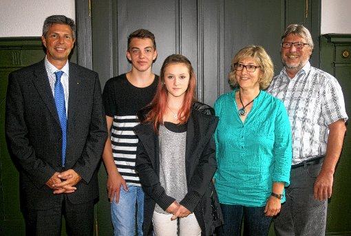 Bürgermeister Christof Nitz, Marvin Weiß (2. Preis), Janina Weneny (3. Preis), Angelika Liedtke und Peter Zwickel (Gewerbeschule Schopfheim).  Foto: Heiner Fabry Foto: Markgräfler Tagblatt