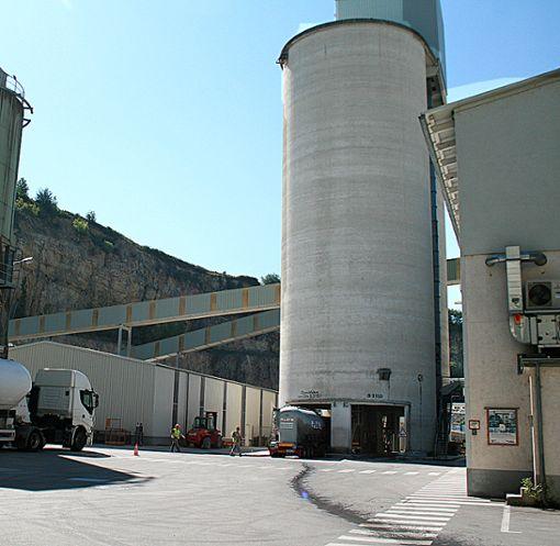Gigantische Silos und lange Laufbänder: Rund 3000 Tonnen Kalk werden in Istein täglich produziert. Foto: Weiler Zeitung