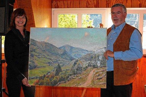 Helena Winkler überreichte Ortsvorsteher Markus Hendel ein Gemälde von Hermann Wolff.  Foto: zVg Foto: Markgräfler Tagblatt