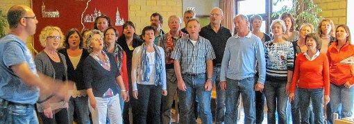 Beim Probenwochenende: Spontanes Ständchen der Ötlinger Sänger im Foyer der Jugendherberge in Breisach  Foto: zVg Foto: Weiler Zeitung