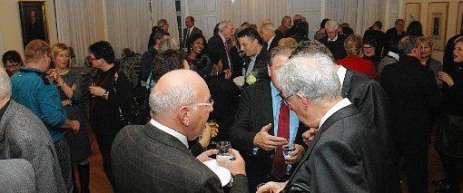 Der Apéro nach der Verleihung des Bürgerpreises und des Ehrenpreises 2014 der Bürgerstiftung Rheinfelden wurde von den zahlreichen Gästen gerne zu Grsprächen genutzt.  Fotos: Ulf Körbs Foto: Die Oberbadische