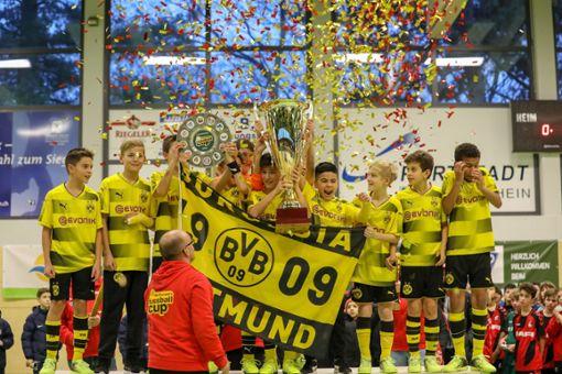 Konfettiregen: Die U12-Junioren von Borussia Dortmund wiederholen  in Weil den Vorjahressieg.   Fotos: Grant Hubbs Foto: Die Oberbadische