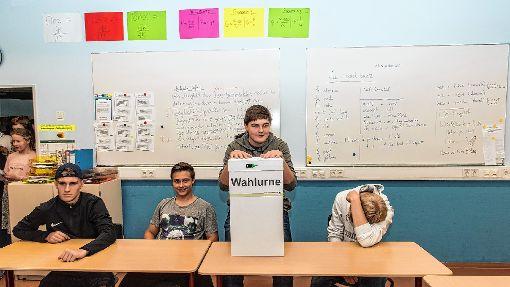 Die Schüler schlüpften nicht nur in die Rolle der Wähler sondern auch in die der ehrenamtlichen Wahlhelfer.  Foto: Alexander Anlicker Foto: Weiler Zeitung