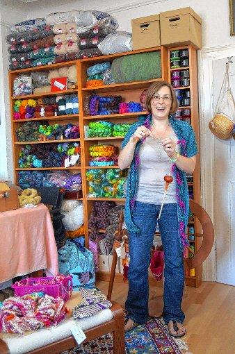 Christina Günter-Fiedler in ihrem neuen Atelier im Binzener Pfarrhaus, in der Hand hält sie eine Spindel.  Foto: Silke Hartenstein Foto: Weiler Zeitung