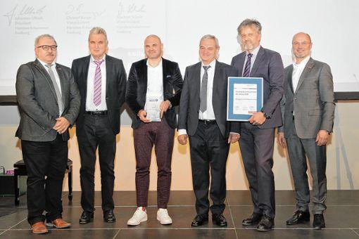 """Gerhard (zweiter von links), Christoph (dritter von links) und Karl-Friedrich Hug (dritter von rechts) erhielten die Auszeichnung """"Handwerksunternehmen des Jahres"""" aus den Händen des Vizepräsidenten der Handwerkskammer Christof Burger (rechts). Bürgermeister Gunther Braun (zweiter von rechts), und der Lörracher Kreishandwerksmeister Michael Schwab (links) gratulierten. Foto: HWK FR/Tobias Heink"""