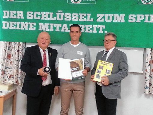 Christian Lais (Mitte) wurde vom  Verbands-Ehrenamtsvorsitzenden Peter Schmidt (links) und dem Bezirks-Ehrenamtsbeauftragten Roland Kuhne (rechts) geehrt. Foto: zVg