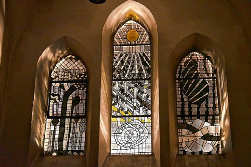 Erst bei völliger Dunkelheit im Kirchenschiff von St. Georg in Wyhlen entfalten die von Emil Wachter entworfenen Fenster ihre mystische Wirkung. Foto: Manfred Herbertz