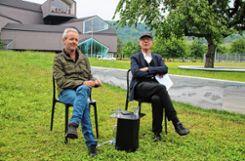"""Rolf Fehlbaum von  Vitra (rechts) mit Künstler Ronan Bouroullec vor dem neuen Kunstwerk """"Ruisseau & Ring"""", das letzterer mit seinem Bruder Erwan geschaffen hat.   Fotos: Saskia Scherer Foto: Weiler Zeitung"""
