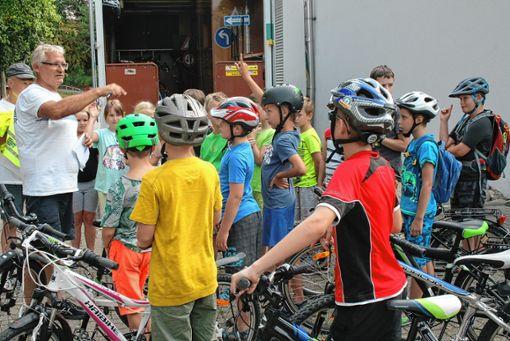 Roland Kiy (links) gestaltete für knapp 30 Kinder ein Fahrradsicherheitstraining.     Foto: Ralph Lacher Foto: Weiler Zeitung
