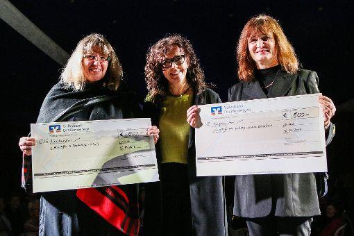 MVZ-Geschäftsführerin Heike Joste (Mitte) übergibt Spendenschecks an  die Schulleiterinnen Isolde Weiß von der Pestalozzischule in Lörrach und Petra Sauer von der Hellbergschule in Brombach. Foto: Die Oberbadische