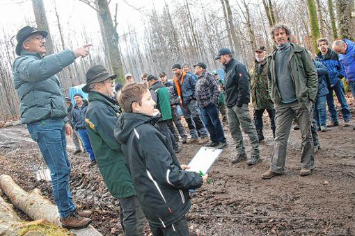 Revierförster Reiner Dickele und Ortsvorsteher Willi Weiß (links) brachten im Holzener Forst die 250 Festmeter Brennholz, allerdings ohne größere Aufschläge, an den Mann.     Foto: Ralph Lacher