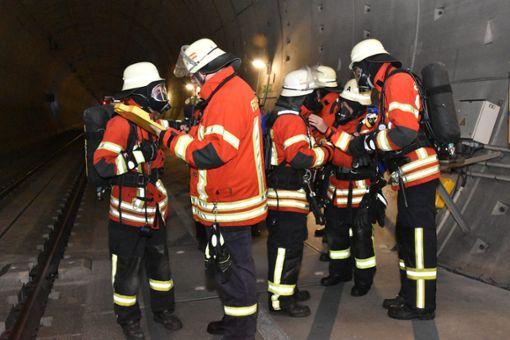 Rund 350 Kräfte der Feuerwehren und Rettungsdienste im Landkreis Lörrach sowie Landes- und Bundespolizei und THW haben am Samstag an der Rettungsübung am Katzenbergtunnel teilgenommen. Nach Übungen im Jahr 2012 und 2015 war dies das dritte Szenario, bei dem der Ernstfall geprobt wurde. Foto: Michael Werndorff