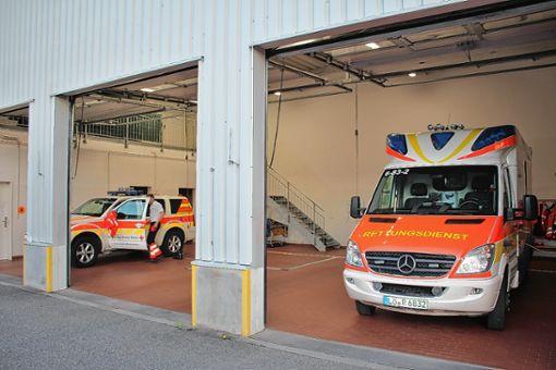 Notarztauto und Rettungswagen stehen abfahrbereit in der Rheinfelder DRK-Garage. Die mittlere Box ist leer, weil der Rettungswagen wenige Minuten vorher zu einem Notfall ausrückte.   Foto: Rolf Reißmann Foto: Die Oberbadische