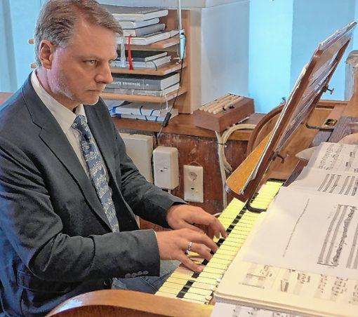 Michael Gerhard Kaufmann überzeugte   an der Dold-Orgel in Inzlingen.   Foto: Willi Vogl Foto: Die Oberbadische
