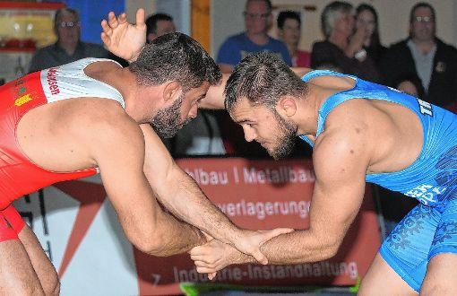Michael Kaufmehl   (links)  vom TuS Adelhausen  wird sich auch den nächsten Gegner wieder ganz genau ansehen.    Foto: Uli Nodler Foto: Die Oberbadische
