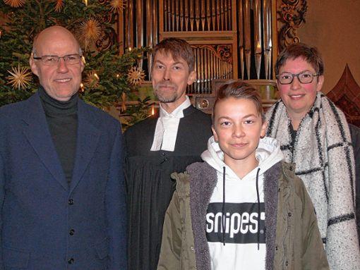 Das Bild zeigt (v.l.): Andreas Brunner, Vorsitzender des Kirchengemeinderats, Pfarrer Ivo Bäder-Butschle, Rasmus und Katharina Butschle. Foto: Indri-Werner