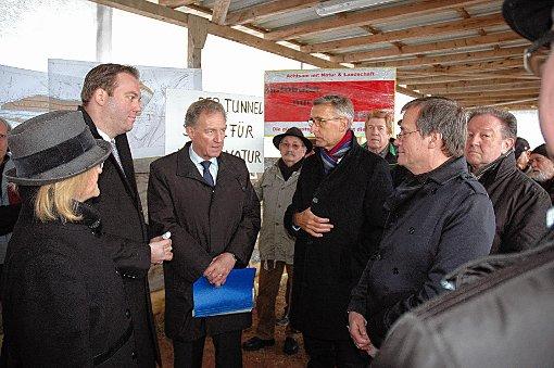 Staatssekretär Norbert Barthle (Mitte) verfolgt die Ausführungen von Armin Schuster und Oberbürgermeister Klaus Eberhardt (4. und 6. von links). Foto: Die Oberbadische
