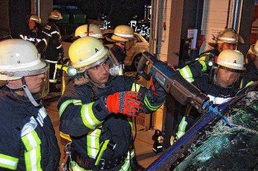 Technisches Gerät kam bei der Übung der Wehr zum Einsatz, um Menschen aus einem zerstörten Auto zu retten.     Foto:  Peter Ade Foto: Die Oberbadische