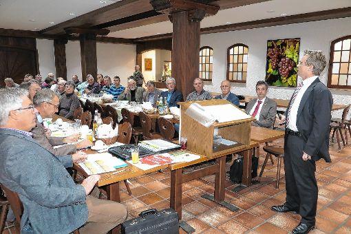BLHV-Kreisvorsitzender Michael Fröhlin bei seinem Vortrag gestern in Auggen   Foto: Dorothee Philipp Foto: Weiler Zeitung