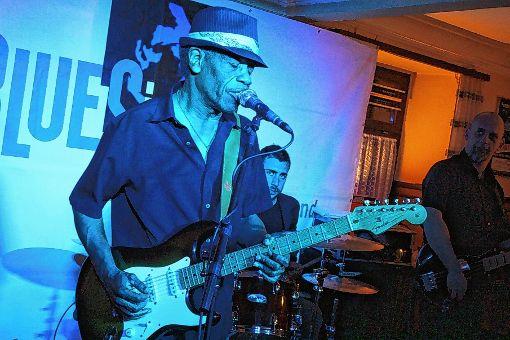 Kam, blueste und siegte: Gitarrist James Armstrong     Foto: Gerd Lustig Foto: Markgräfler Tagblatt
