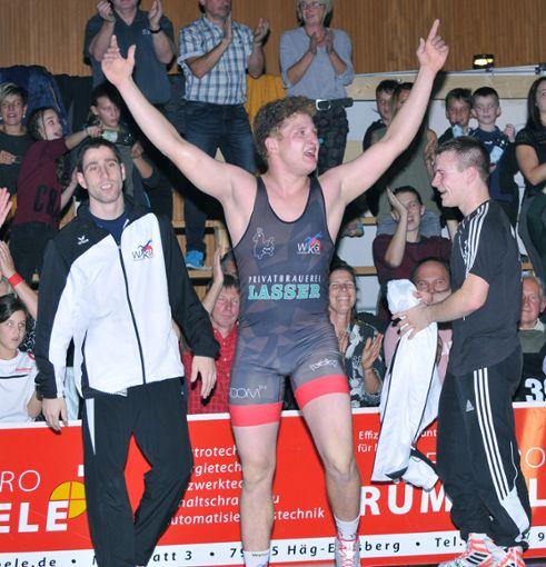Stefan Kilchling lässt  sich nach seinem Sieg feiern.    Foto:  Nodler Foto: Die Oberbadische