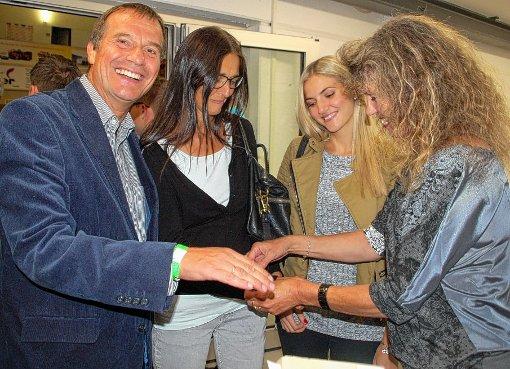 Auch Prominente wie Klaus Eberhardt,  Ehefrau Monika und Tochter Katrin erhalten von Margot Hoberg (von links) ein Eintrittsbändchen.  Foto: Petra Wunderle Foto: Die Oberbadische