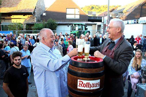 OB Wolfgang Dietz (rechts) stach gestern Abend   das erste Fass Bier an und eröffnete gemeinsam mit Festchef Reinhard Schmid das 49. Altweiler Straßenfest.   Foto: Siegfried Feuchter Foto: Weiler Zeitung
