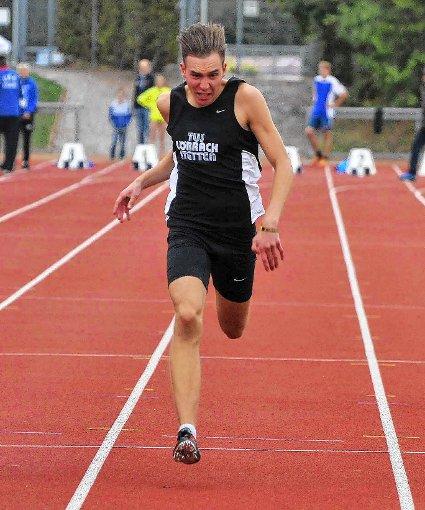 Lukas Kerzendörfer vom TuS Lörrach-Stetten sprintet souverän vorne weg.   Foto: Uli Nodler Foto: Die Oberbadische