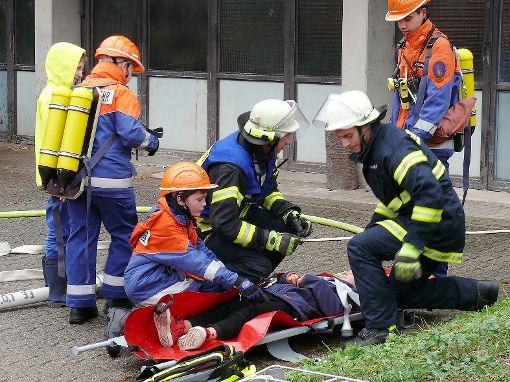 """Die Nachwuchskräfte retten eine  """"verletzte"""" Person.   Foto: Gottfried Driesch Foto: Die Oberbadische"""