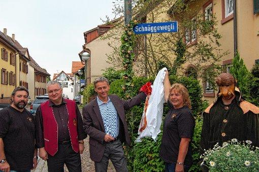"""Der Straßenschild """"Schnäggewegli"""" wurde enthüllt durch (v. l.) Andy Greiner, Jörg Roßkopf, Bürgermeister Michael Wilke und Ruth Lindemer   Foto: Peter Ade Foto: Die Oberbadische"""
