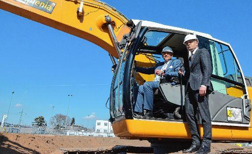 Starteten gestern den Bau der Erweiterung des Gefängnis Bässlergut: die Regierungsräte Hans-Peter Wessels (links) und Baschi Dürr.   Foto: Sarah Trinler Foto: Die Oberbadische