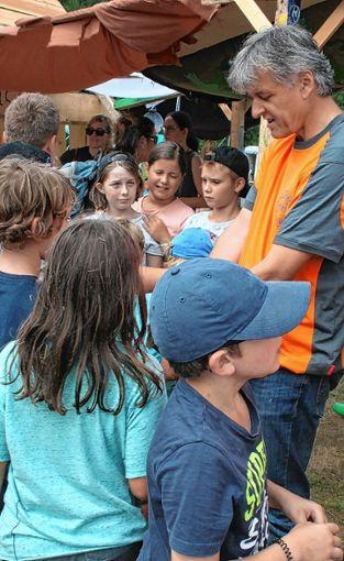 Bürgermeister Gunther Braun verteilte Gummibärchen an die Kinder. Foto: Markgräfler Tagblatt