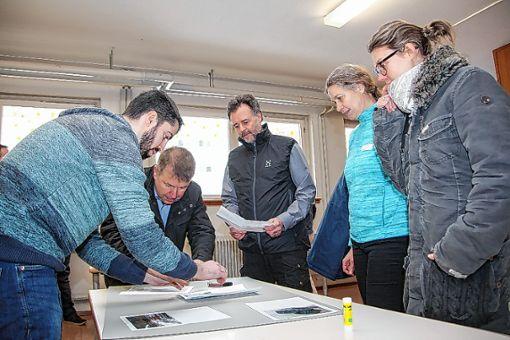 Mit Fotos verdeutlichten die Mitarbeiter dem Planungsbüro wichtige Plätze auf dem Markhof.   Foto: zVg Foto: Die Oberbadische