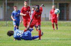 FVLB-Mittelfeldspieler Lamin Colley (vorne rechts) erzielt im Heimspiel gegen den FC Bad Dürrheim sein zweites Saisontor.   Foto: Grant Hubbs Foto: Die Oberbadische