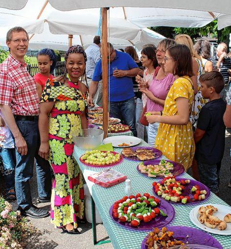 Die Vorsitzende des Vereins FASS Togo, Monique Tschöpe, mit Ehemann Clemens am Büfett (links)    Foto: Reinhard Cremer Foto: Weiler Zeitung