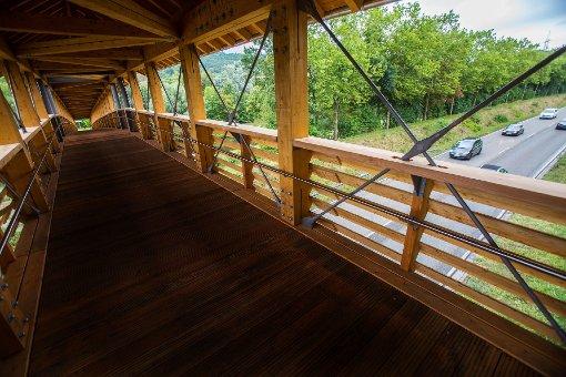 Die neue Brücke gibt den Blick frei auf die Bundesstraße. Foto: Kristoff Meller Foto: Kristoff Meller