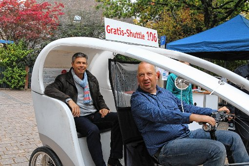 "Bürgermeister Christof Nitz ""testete"" am Samstag die Fahrrad-Rikscha.  Foto: Hans-Jürgen Hege Foto: Markgräfler Tagblatt"