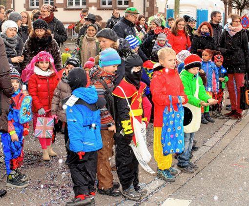 """In Maulburg hatten die Kinder  ihre Taschen für das """"Gutzli-Gewitter"""" mitgebracht.       Foto: Heiner Fabry Foto: Markgräfler Tagblatt"""